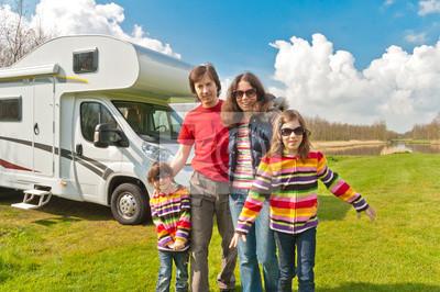 Familie Urlaubsreise in camping. Reisen auf Wohnmobil (RV)