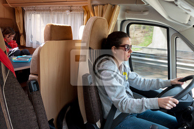 Familie Urlaubsreise in Wohnmobil. Frau am Steuer Wohnmobil (RV)