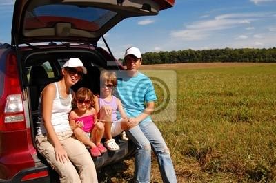 Familie von vier in der Nähe von ihr Auto im Urlaub