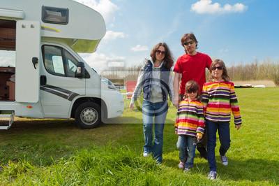 Familienurlaub auf dem Campingplatz. Reisen auf Wohnmobil mit Kindern