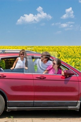 Familienurlaub. Eltern mit Kind im Auto Reise