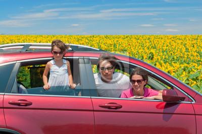 Familienurlaub, Reisen mit dem Pkw. Glückliche Eltern und Kinder in Fahrt
