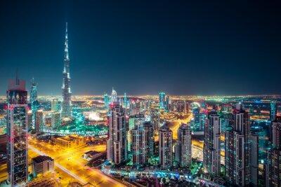 Poster Fantastische nacht Dubai Skyline mit beleuchteten Wolkenkratzern. Rooftop Perspektive der Innenstadt von Dubai, VAE.