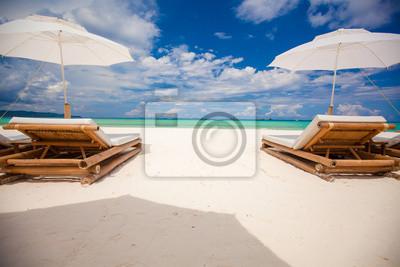 Fantastischer Blick auf schöne tropische leer Sandstrand mit Sonnenschirm
