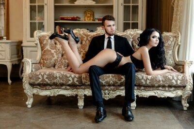 Poster Fashion Foto Romantik der sexy Liebespaar. Frau mit schwarzen lockigen Haaren in schwarzen Unterwäsche und Mann tragen Anzug