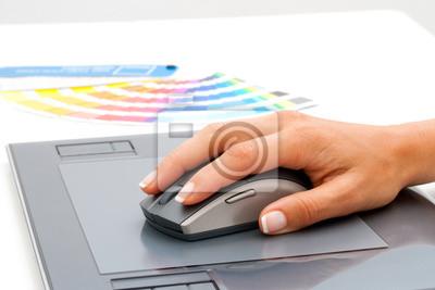 Female Hand mit Maus auf digitale Tablet.