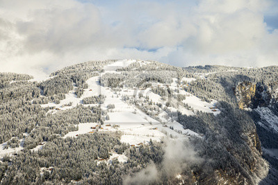 Fern Häuser auf alpine Piste in Französisch Alpen im Winter