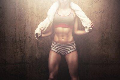Poster Fitness Frau nach dem harten Training Training mit weißen Sport-Handtuch