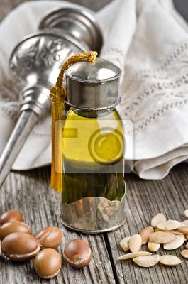 Flasche Argan-Öl und Früchte