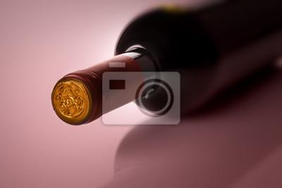 Flasche Wein auf lila Hintergrund