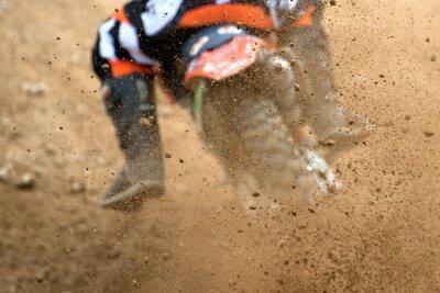 Poster Fliegende Trümmer von einem Motocross im Feldweg