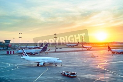 Poster Flughafen mit vielen Flugzeugen bei schönem Sonnenuntergang