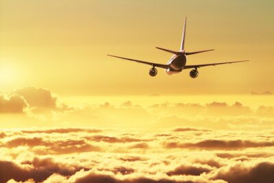 Poster Flugzeug im Himmel bei Sonnenuntergang