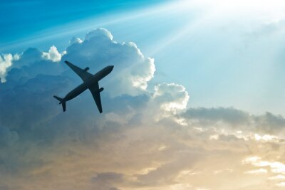 Poster Flugzeug in den Himmel und Wolke bei Sonnenaufgang