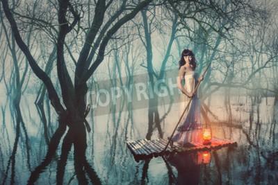 Poster Frau auf einem Floß mit einer Laterne schwimmt auf einem Teich in einem nebligen Wald. Märchen Frau in einem langen Kleid.