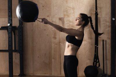 Poster Frau Aufzug Gewicht Ball in der Turnhalle