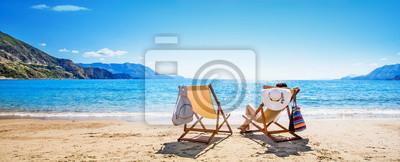 Poster Frau, die das Ein Sonnenbad nehmen am Strand genießt
