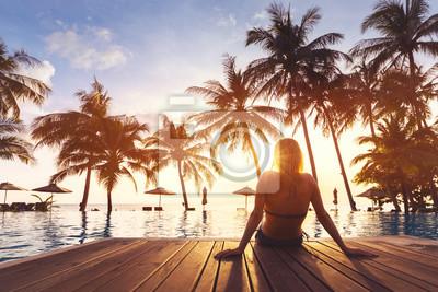 Poster Frau, die Ferienurlaube luxuriösen Strandhotel-ErholungsortSwimmingpool genießt