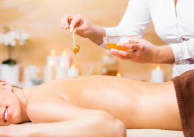 Poster Frau genießen Spa-Behandlung mit Honig