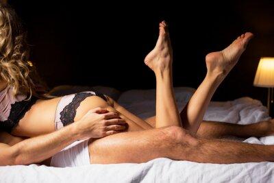 Poster Frau liegt auf der Oberseite des Mannes im Schlafzimmer