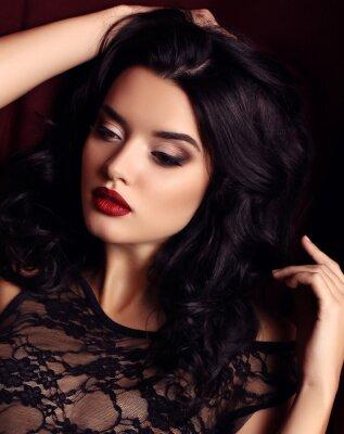 Poster Frau mit dunklen Haaren und Abend Make-up, trägt luxuriöse schwarze Spitze Kleid