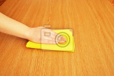 Poster Frau Reinigung Möbel Tisch mit gelben Tuch
