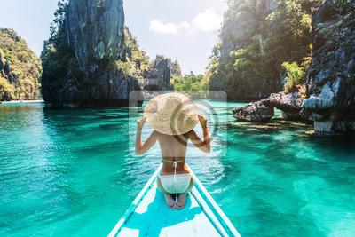 Poster Frau reist auf dem Boot in Asien