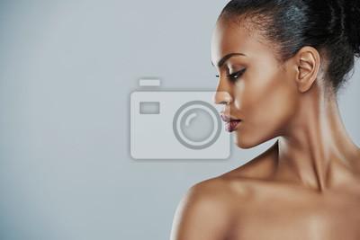 Poster Frau sucht seitwärts über grauem Hintergrund