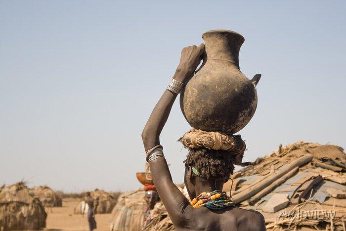 Poster Frau trägt auf dem Kopf einen Behälter mit Wasser, Äthiopien