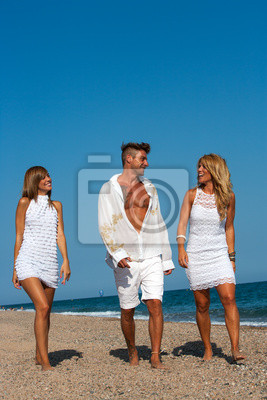 Freunde wlking am Strand.