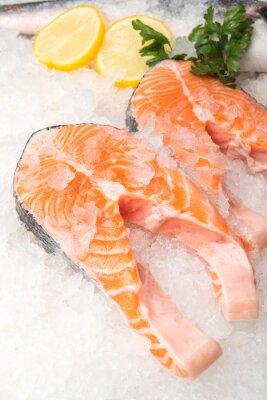 Poster Frische Lachsfische mit Zitrone auf dem Markt