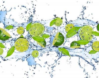 Poster Frische Limetten im Wasser spritzen, isoliert auf weißem Hintergrund