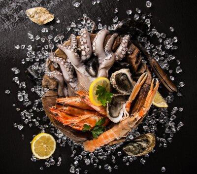 Poster Frische Meeresfrüchte auf schwarzem Stein.