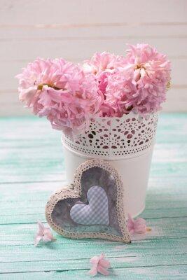 Poster Frische rosa Hyazinthen Blumen in Eimer und dekorativen Herzen auf