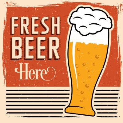 Poster Frisches Bier hier Plakat mit Glas Bier, Weinleseguß und Schmutz auf die Oberseite.