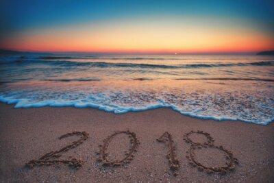 Poster Frohes neues Jahr 2018 Konzept, Schriftzug am Strand. Seesonnenaufgang.