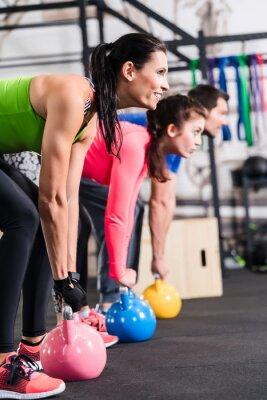 Poster Funktionelles Fitness Training im Fitnessstudio mit Kettlebell