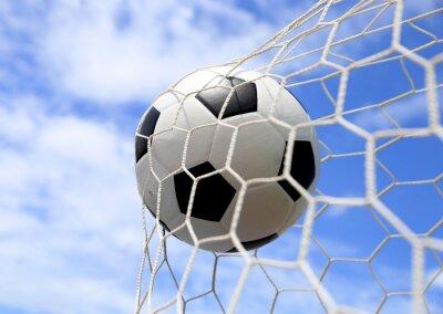 Poster Fußball im Netz auf blauen Himmel