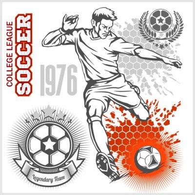 Poster Fußball-Spieler treten Ball und Fußball-Embleme.