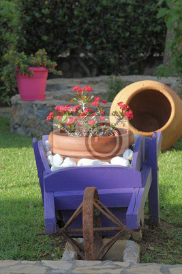 Gartendekoration aus holz mit schiebkarre wandposter • poster ...