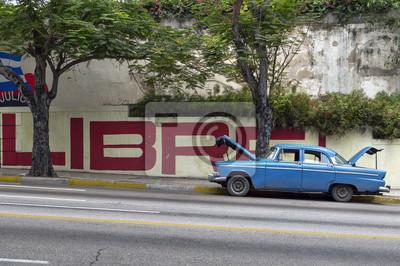 Gebrochenen klassischen amerikanischen Auto, in Havanna, Kuba geparkt