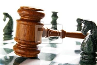 Gesetz Hammer auf einem Schachbrett mit Stücken
