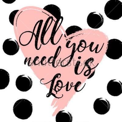 Poster gestreifter Schwarzweiss-Hintergrund mit Goldaquarellinnerem. Handgezeichnete Schriftzug - alles was Sie brauchen ist Liebe. Entwurf für Feiertagsgrußkarte und Einladung der Hochzeit, glücklicher Vale