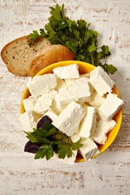 Poster gesundes Essen. Quark und Brot auf einem weißen hölzernen Hintergrund