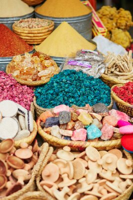Gewürze auf einem traditionellen marokkanischen Markt