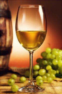Poster Glas Weißwein vor der grünen Trauben und altes Fass