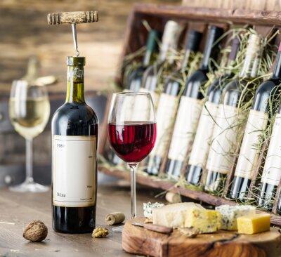 Poster Gläser Wein und Käseplatte.