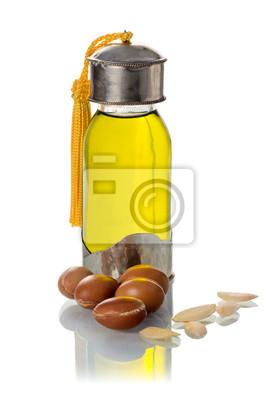 Glasflasche von Arganöl mit Nüssen und Samen