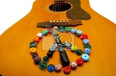 Glasperlenfriedenssymbol auf einer Gitarre