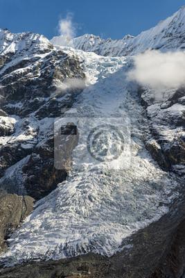 Gletscher von hohen Schnee maountains fließt